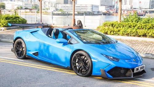 Spyder «Lambo» και τα κοντέρ στα... γαλάζια!