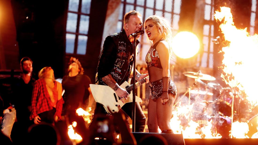 Πόσο άβολο είναι να βλέπεις τους Metallica με τη Lady Gaga στα φωνητικά;