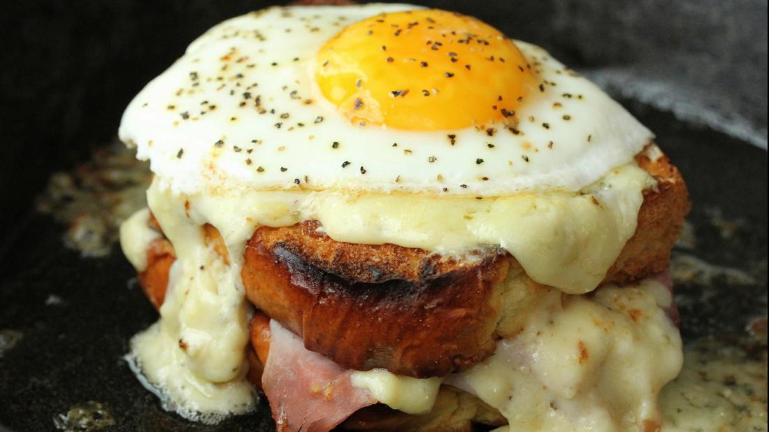 Σαντουιτσάρα με τηγανητό αυγό και μπεσαμέλ