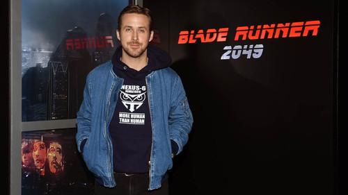 Ο Ryan Gosling έβγαλε τα 90's από την ντουλάπα του
