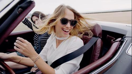 Ένα μαγικό βίντεο γεμάτο κλασικά αυτοκίνητα, όμορφα κορίτσια και άψογο στυλ