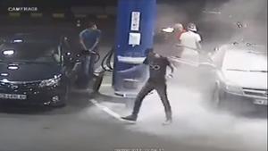 ΣΟΚ! Δες τι έπαθε αυτός ο τύπος που δε σταμάτησε να καπνίζει στο βενζινάδικο!