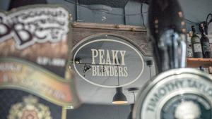 Θα τα έπινες σε αυτό το Peaky Blinders μπαράκι;