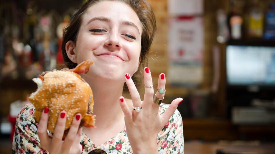 Ωδή στo Κορίτσι που τρώει με τα Χέρια