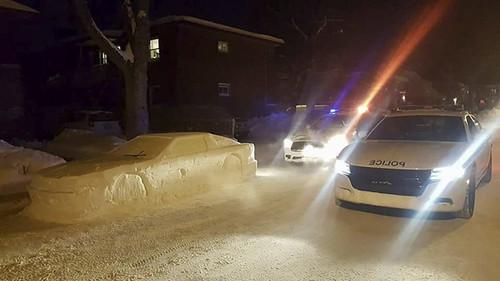 Θεούλης έφτιαξε αμάξι από χιόνι και το πάρκαρε στη μέση του δρόμου Just For Fun