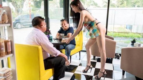 Θα έπινες καφεδάκι σερβιρισμένο από γυμνό μοντέλο;