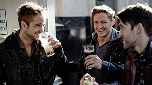 Eίσαι πιο υγιής όταν πίνεις δύο φορές την εβδομάδα με τους κολλητούς