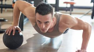Τα push ups με medicine ball είναι ό,τι καλύτερο για να μπουστάρεις το κορμί σου