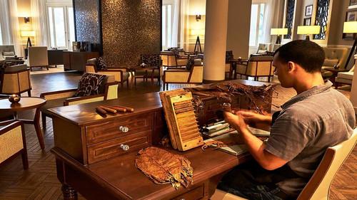 Σε αυτό το ξενοδοχείο στην Αβάνα σου φτιάχνουν πούρα και στα φέρνουν στο δωμάτιο