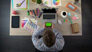 4 παιχνίδια στο κινητό για εσένα που βαριέσαι να δουλέψεις Παρασκευιάτικα