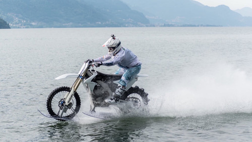 Τι εννοείς διέσχισε τη λίμνη Κόμο με τη μοτοσικλέτα του;