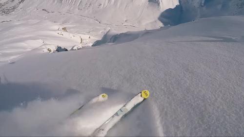 Ανέμελος σκιέρ τη γλιτώνει τελευταία στιγμή από χιονοστιβάδα