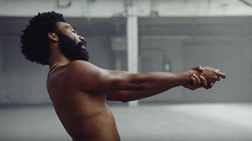 Πάταγος με το βίντεοκλιπ του Donald Glover που ξεγυμνώνει τις ΗΠΑ