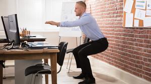 Ποιος είπε ότι δεν μπορείς να κάνεις τη γυμναστικούλα σου στο γραφείο;