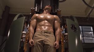 Με αυτή την άσκηση θα κοντράρεις σε κοιλιακούς τον Captain America