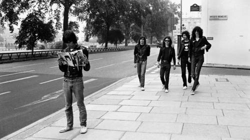 Ξέρεις τι λείπει από τη βιβλιοθήκη σου; Το νέο φωτογραφικό άλμπουμ των Ramones λείπει