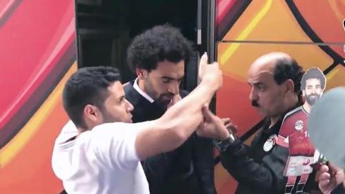 Όλα τα καντήλια του κόσμου έφαγε ο τύπος που έβγαλε selfie με τον Σαλάχ και τον ακούμπησε στον ώμο