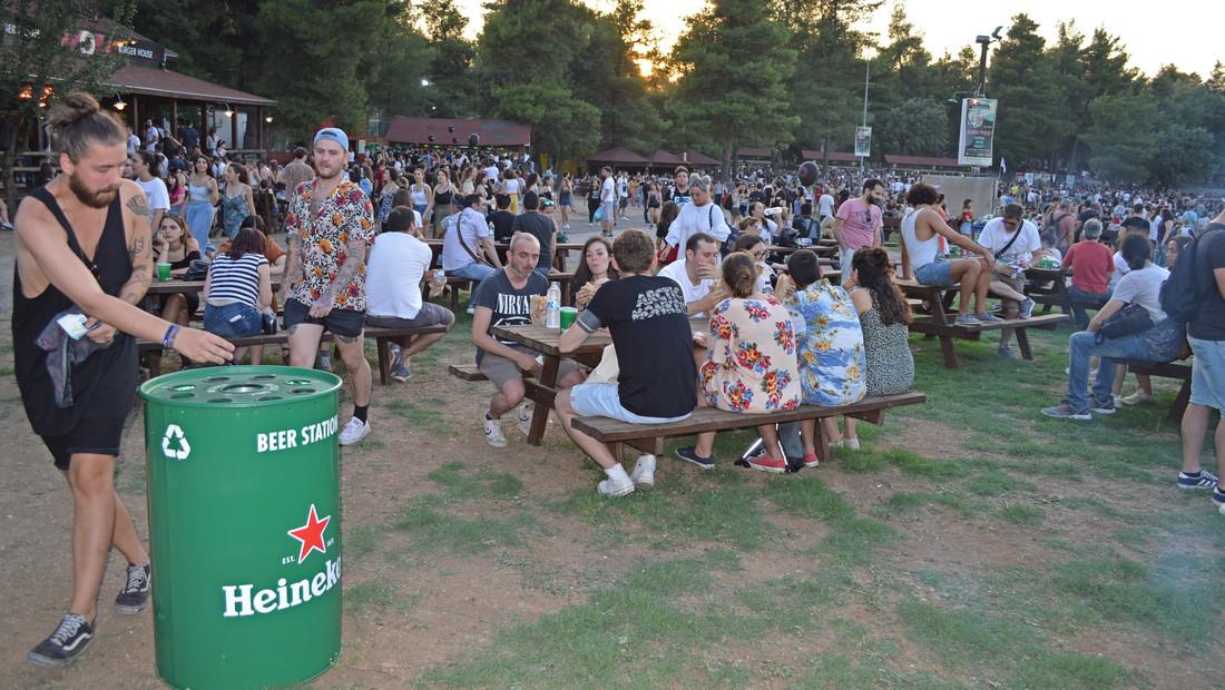 Ποτέ άλλοτε δεν μοχθήσαμε για μια μπίρα όσο στη συναυλία των Arctic Monkeys