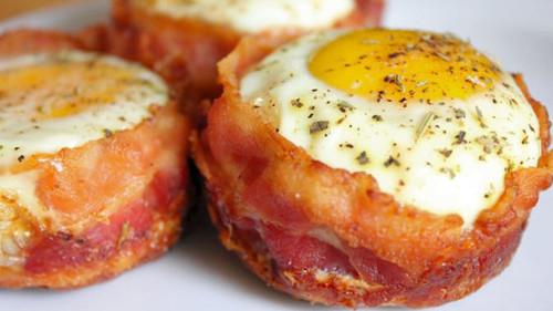 Ρολάκια μπέικον που αγκαλιάζουν με στοργή το αυγό