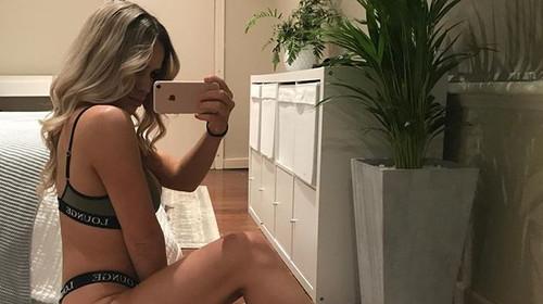 Η Λάουρα περνάει ώρες μπροστά στον καθρέφτη