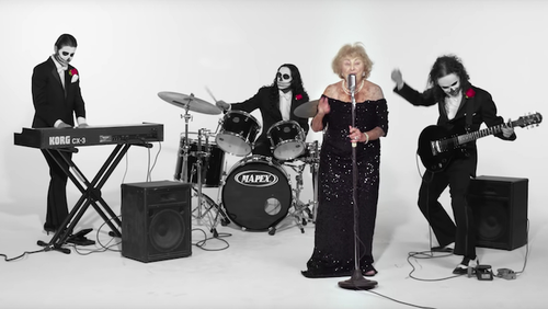 Κανένα ΚΑΠΗ για την 96χρονη τραγουδίστρια Metal μπάντας!
