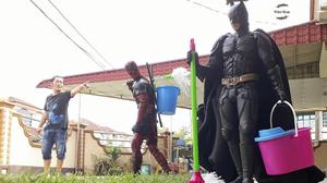 Deadpool και Dark Knight τρώνε ΤΡΕΛΟ ΧΩΣΕ από Μαλαισιανό geek