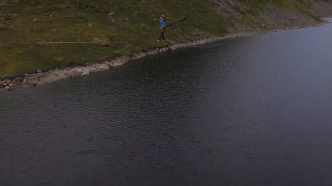 Τύπος περπατά στο μακρύτερο ακροβατικό σχοινί στον κόσμο!