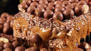 Υπερχείλιση καραμέλας σε Κέικ που ήταν τίγκα στα Maltesers