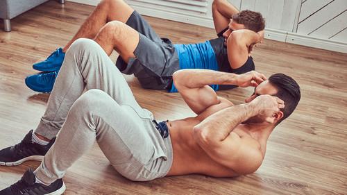 6 ασκήσεις για να τις βγάλεις τώρα που κλείστηκες στο σπίτι