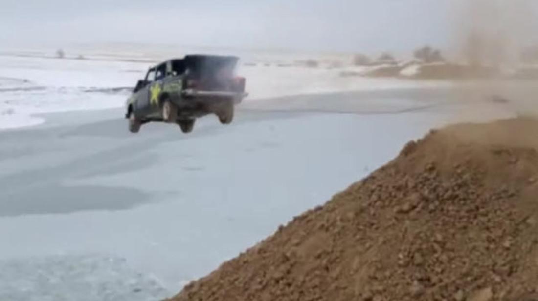 Γιατί να πηδήξεις σε παγωμένη λίμνη μέσα σε φλεγόμενο αμάξι, διάολε;