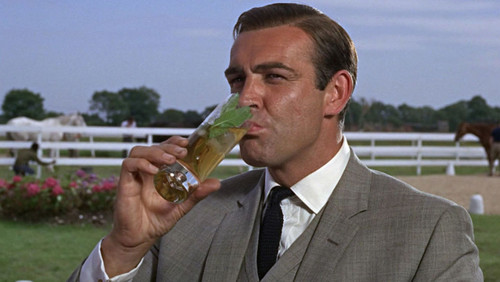 Ο James Bond δικαιούται άνετα μια θέση στους Ανώνυμους Αλκοολικούς;