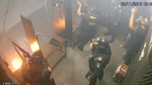 Αστυνομικοί δοκιμάζουν τα όπλα τους ΜΕΣΑ στο τμήμα και γίνεται... Κούγκι!