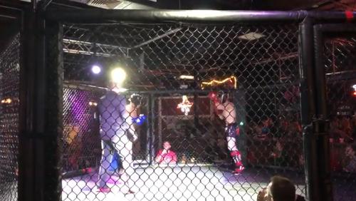 Αγώνας kick-boxing διακόπτεται για τον πιο σιχαμερό λόγο