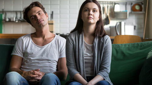 Η ερώτηση που πρέπει να κάνεις στον εαυτό σου όταν νιώσεις πως βαριέσαι στη σχέση σου