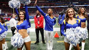 Μόνο εμείς νιώθουμε άβολα με τους άντρες cheerleaders του Super Bowl;